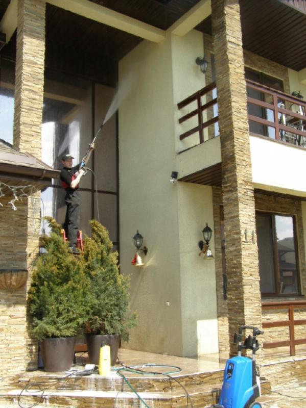 Процесс очистки фасада