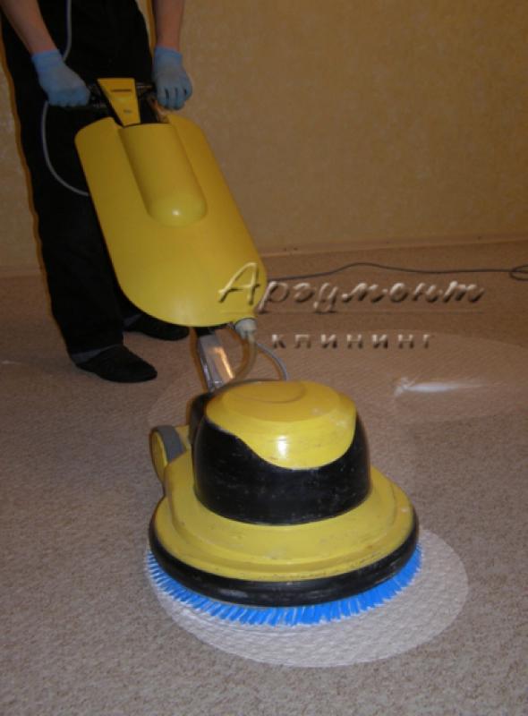Процесс чистки ковролина