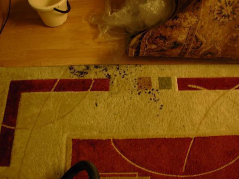 Пятна туши на ковре.